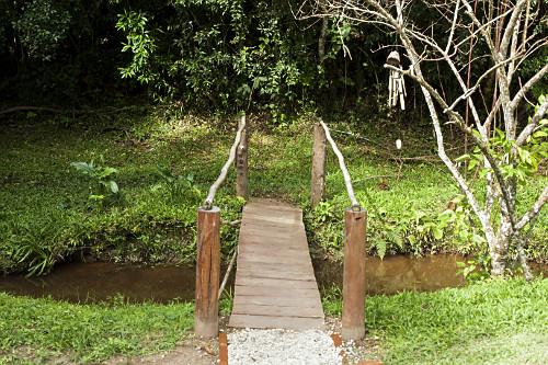 Ponte de madeira sobre córrego