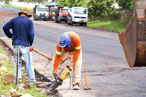 Trabalhador utilizando britadeira em obra de recapeamento na Rodovia BR-272