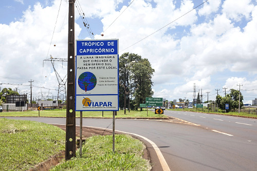 Placa indicando passagem do Trópico de Capricórnio na Rotatória do Contorno Sul - Rodovia PR-317 - linha ge
