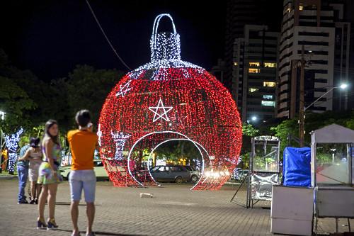 Luzes natalinas decorando Praça da Catedral - faz parte do Maringá Encantada