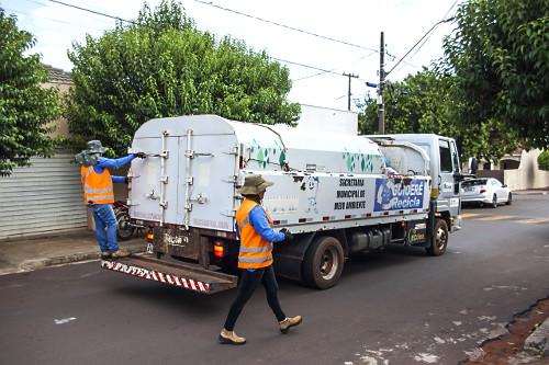 Caminhão de coleta de lixo reciclável