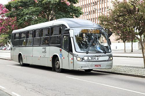 Ônibus trafegando na Avenida Cândido Abreu - Centro Cívico