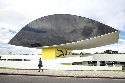 MON Museu Oscar Niemeyer também conhecido como Museu do Olho no bairro Centro Cívico - inaugurado em 2002 -