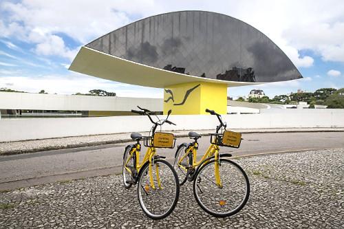 Bicicletas de uso compartilhado - locação por meio de aplicativo no celular - MON Museu Oscar Niemeyer tamb�
