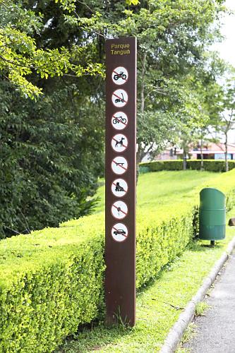 Placa indicando proibições no Parque Tanguá - bairro do Pilarzinho - instalado em antigo complexo de pedrei
