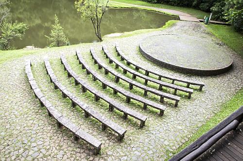 Teatro ao ar livre construído em pedra no Bosque Zaninelli - abriga a UNILIVRE - Universidade Livre do Meio A