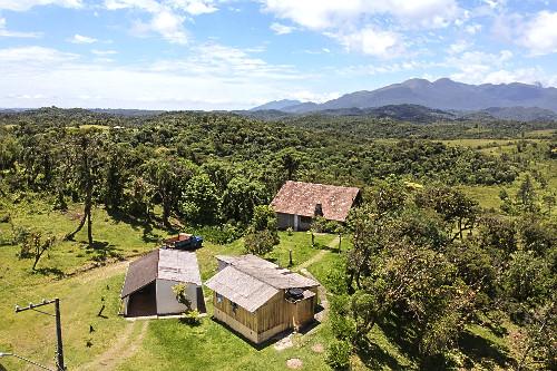 Vista de drone de moradias de propriedade rural na Serra do Mar