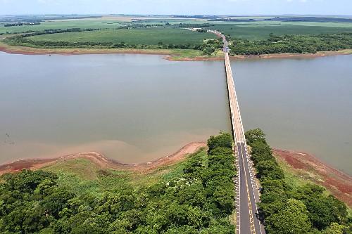 Vista de drone da ponte da Rodovia SP-333 e PR-323 sobre o Rio Paranapanema em período de estiagem - divisa n