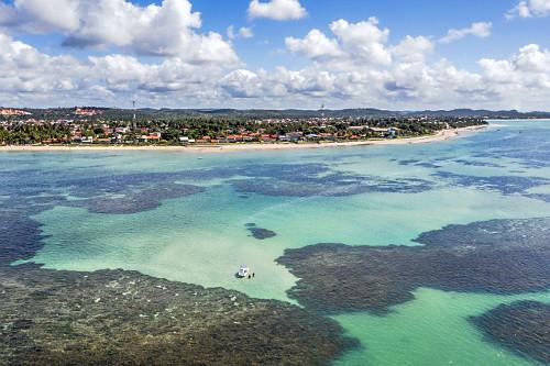 Vista aérea de drone de piscinas naturais entre recifes na praia de Tamandaré.