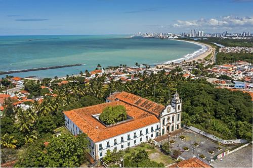 Vista de drone do Mosteiro de São Bento - bairro Varadouro - cidade de Recife ao fundo