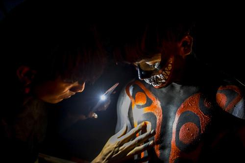 Jovens indígenas da aldeia Afukuri e etnia Kuikuro pintando o corpo para a cerimônia do Kuarup - Parque Ind�