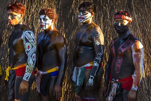Jovens indígenas da aldeia Afukuri e etnia Kuikuro preparados para luta marcial Huka-Huka durante cerimônia