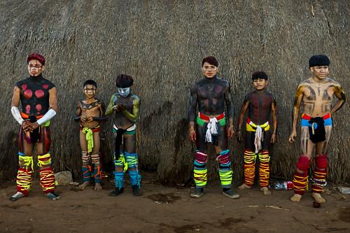Jovens indígenas da aldeia Afukuri e etnia Kuikuro preparados para luta marcial Huka-Huka - parte da cerimôn