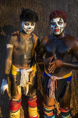 Jovens indígenas da aldeia Afukuri etnia Kuikuro preparados para luta marcial Huka-Huka durante cerimônia do