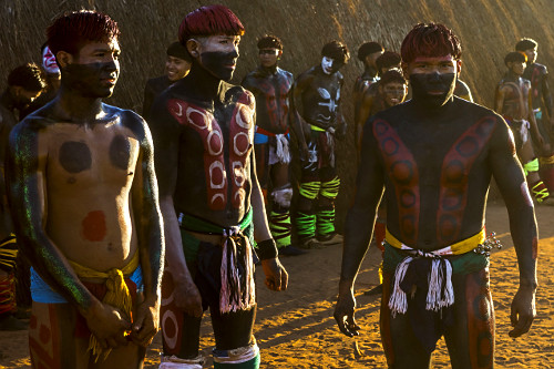 Jovens indígenas da aldeia Afukuri etnia Kuikuro preparados para luta marcial Huka-Huka na cerimônia do Kuar