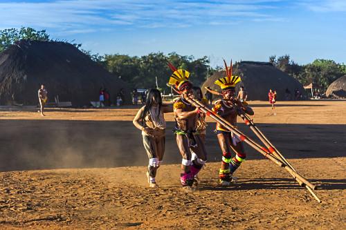 Indígenas da aldeia Afukuri etnia Kuikuro tocando flauta uruá durante cerimônia do Kuarup no Parque Indíge