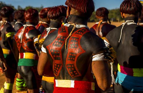 Indígenas da aldeia Afukuri e etnia Kuikuro com cabelos e corpos pintados durante cerimônia do Kuarup - Parq