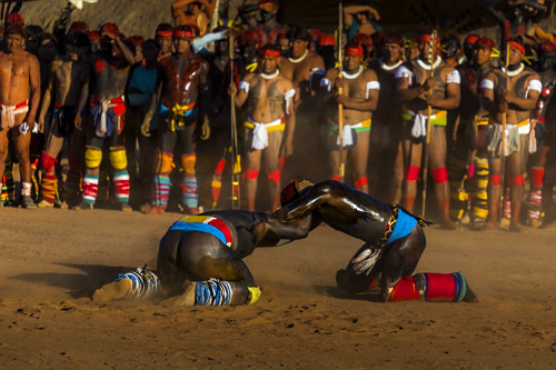 Aldeia Afukuri da etnia Kuikuro - cerimônia do Kuarup com guerreiros indígenas disputando na luta marcial Hu