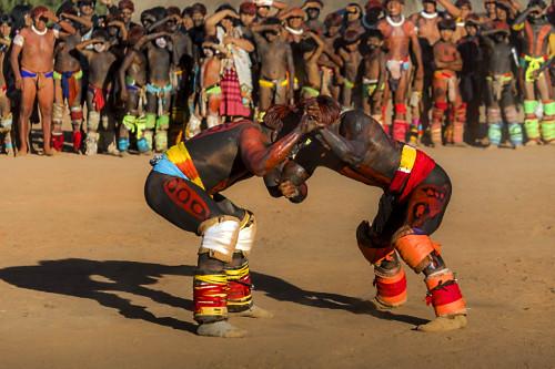 Aldeia Afukuri da etnia Kuikuro - cerimônia do Kuarup com guerreiros indígenas disputando Huka-Huka - luta m