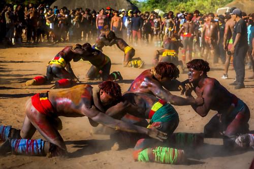 Aldeia Afukuri da etnia Kuikuro - duplas de guerreiros indígenas disputam a luta marcial Huka-Huka durante a
