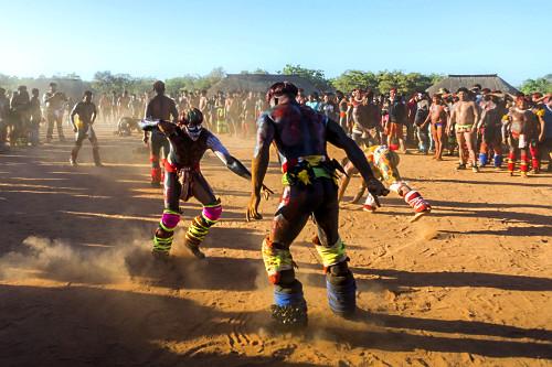Guerreiros indígenas da Aldeia Afukuri - etnia Kuikuro lutando Huka-Huka durante a cerimônia do Kuarup - Par
