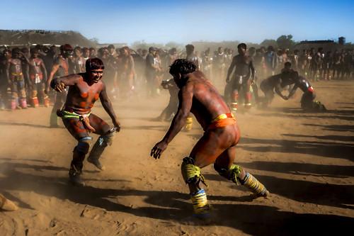 Guerreiros indígenas da Aldeia Afukuri etnia Kuikuro disputam a luta marcial Huka-Huka durante cerimônia do