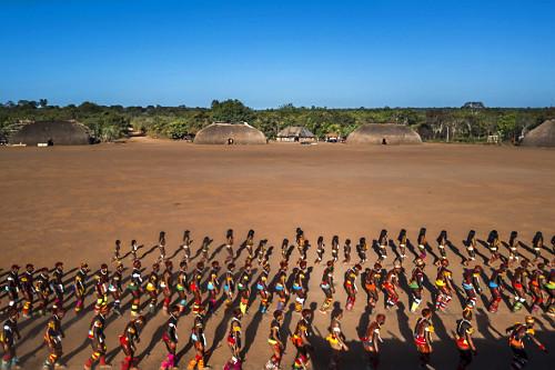 Vista de drone do desfile de indígenas da Aldeia Afukuri etnia Kuikuro  durante cerimônia do Kuarup - Parque