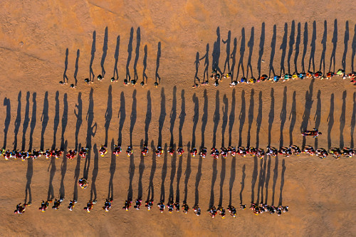 Vista de drone de indígenas da Aldeia Afukuri etnia Kuikuro durante cerimônia do Kuarup - Parque Indígena d