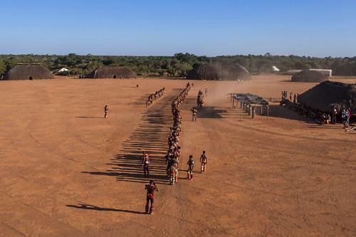 Vista de drone de indígenas da Aldeia Afukuri etnia Kuikuro durante cerimônia do Kuarup no Parque Indígena