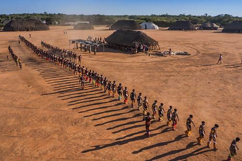 Vista de drone da Aldeia Afukuri etnia Kuikuro com indígenas enfileirados durante cerimônia do Kuarup no Par