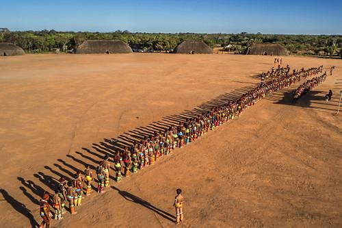 Vista de drone da Aldeia Afukuri etnia Kuikuro com desfile de indígenas durante cerimônia do Kuarup no Parqu
