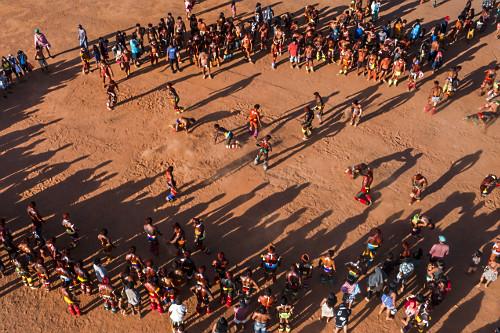 Vista de drone da Aldeia Afukuri etnia Kuikuro com indígenas lutando  Huka-Huka durante cerimônia do Kuarup