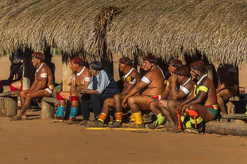 Anciões Indígenas da Aldeia Afukuri e etnia Kuikuro assistindo a  cerimônia do Kuarup - Parque Indígena do