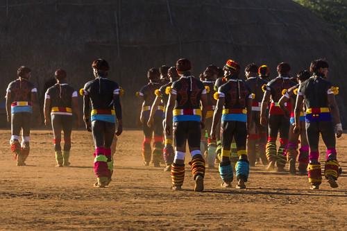 Indígenas da Aldeia Afukuri e etnia Kuikuro com pintura corporal e adornos na cerimônia do Kuarup - Parque I