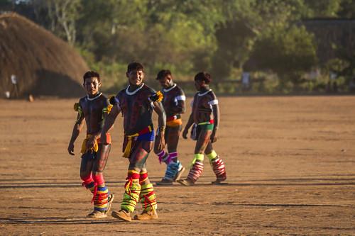 Duplas de jovens Indígenas da Aldeia Afukuri e etnia Kuikuro durante cerimônia do Kuarup - Parque Indígena