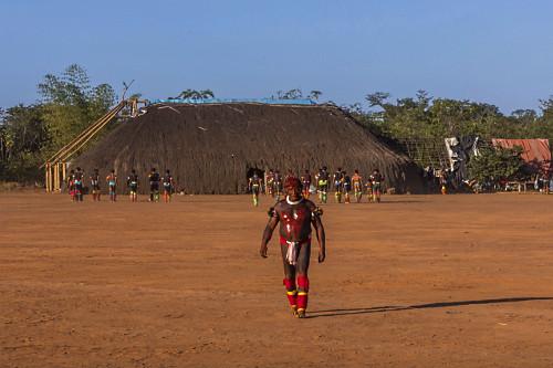 Indígena da Aldeia Afukuri e etnia Kuikuro com pintura corporal e adereços na cerimônia do Kuarup - Parque