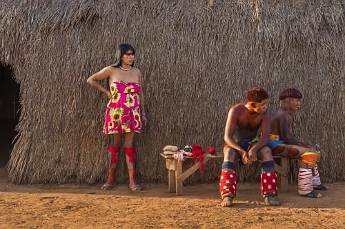 Jovens indígenas da Aldeia Afukuri e etnia Kuikuro durante cerimônia do Kuarup - Parque Indígena do Xingu