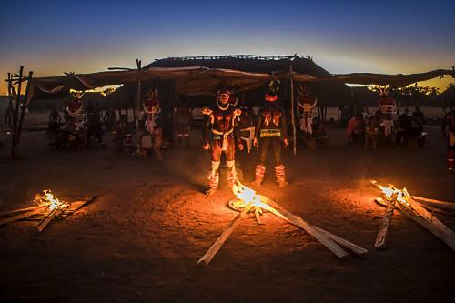 Indígenas da Aldeia Afukuri e etnia Kuikuro com pintura corporal e adereços durante cerimônia do Kuarup - P