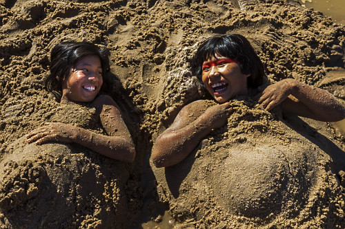 Meninas indígenas da Aldeia Afukuri e etnia Kuikuro brincam na areia do rio Culuene - Parque Indígena do Xin