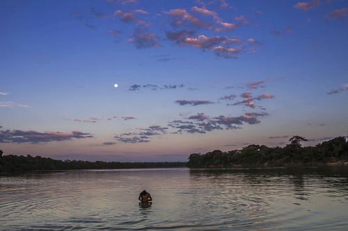 Indígena da Aldeia Afukuri e etnia Kuikuro banha-se no rio Culuene - Parque Indígena do Xingu