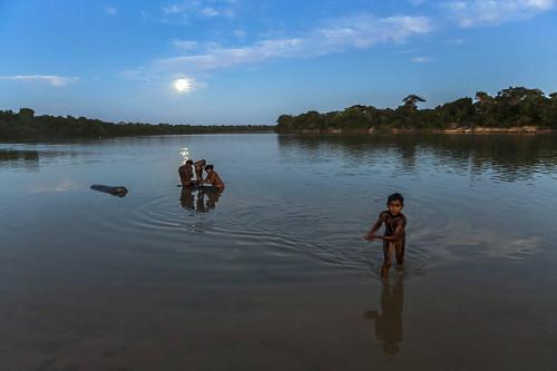 Família indígena da Aldeia Afukuri e etnia Kuikuro banham-se no rio Culuene em noite de lua cheia - Parque I