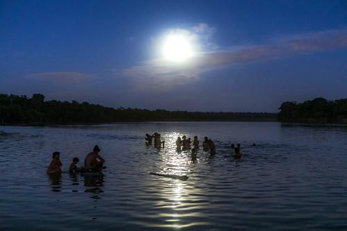 Indígenas da Aldeia Afukuri e etnia Kuikuro banham-se no rio Culuene em noite de lua cheia - Parque Indígena