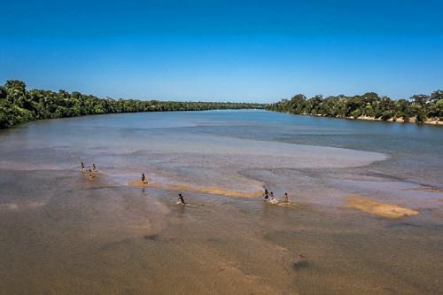 Crianças indígenas da Aldeia Afukuri e etnia Kuikuro correm sobre  bancos de areia do rio Culuene - Parque I