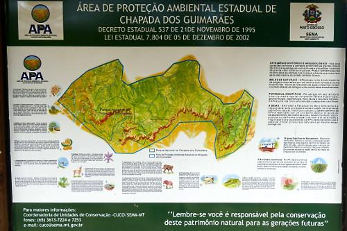 Placa e mapa de Área de Proteção Ambiental Estadual da Chapada dos Guimarães
