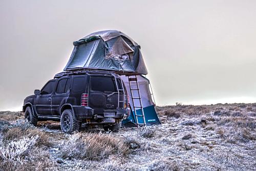 Veículo 4x4 com barraca de teto coberto por neve no Morro das Antenas - conhecido por Morro das Torres