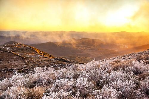 Paisagem ao amanhecer com vegetação coberta por neve no Morro das Antenas - conhecido por Morro das Torres