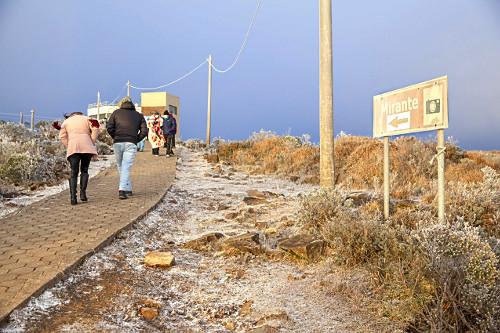 Turistas a caminho do mirante no alto do Morro das Antenas coberto por neve - conhecido por Morro das Torres