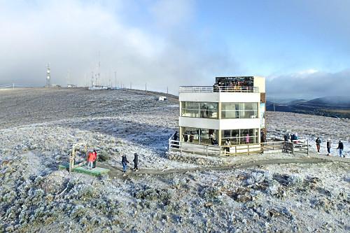 Vista de drone do mirante e vegetação coberta por neve no Morro das Antenas - conhecido por Morro das Torres