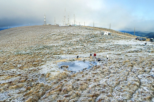 Vista de drone de lago congelado e vegetação coberta por neve no Morro das Antenas - conhecido por Morro das