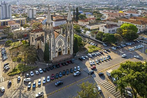 Vista de drone da Catedral Metropolitana de Sant'Ana na Praça Rubião Júnior - centro da cidade